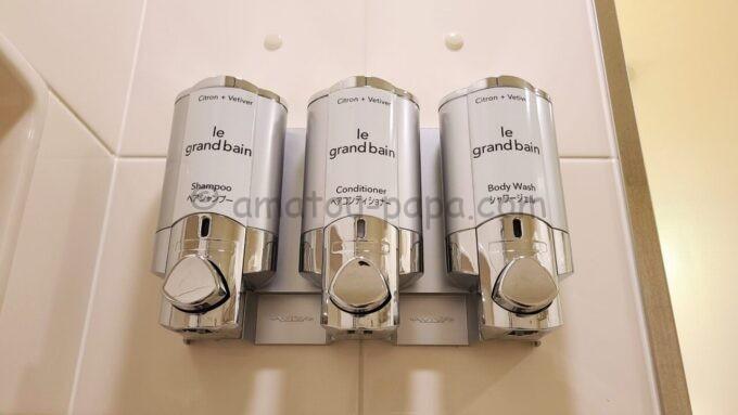 シェラトン・グランデ・トーキョーベイ・ホテルのファミリープレミアムルーム(トレジャーズルーム)のお風呂に設置されているシャンプーとコンディショナーとシャワージェル