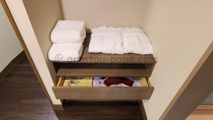 シェラトン・グランデ・トーキョーベイ・ホテルのジャパニーズスイート(和室スイート)のバスローブと浴衣