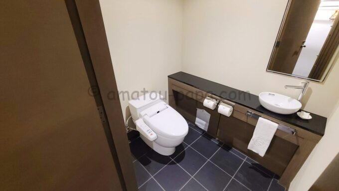 シェラトン・グランデ・トーキョーベイ・ホテルのジャパニーズスイート(和室スイート)の入口すぐにあるトイレ