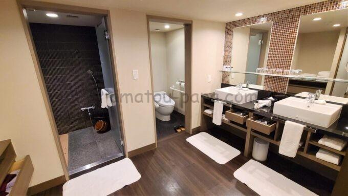 シェラトン・グランデ・トーキョーベイ・ホテルのジャパニーズスイート(和室スイート)の檜風呂とトイレと洗面所の雰囲気