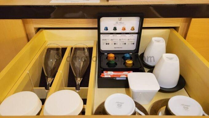 ザ・プリンス さくらタワー東京、オートグラフ コレクションのカプセルコーヒーとグラスとコップ