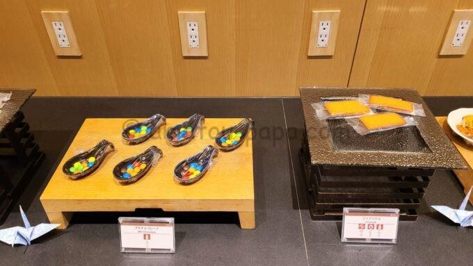 ザ・プリンス さくらタワー東京、オートグラフ コレクションのエグゼクティブラウンジのスナック(プチチョコレートとフィナンシェ)