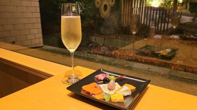 ザ・プリンス さくらタワー東京、オートグラフ コレクションのエグゼクティブラウンジのカクテルタイムの軽食とワイン