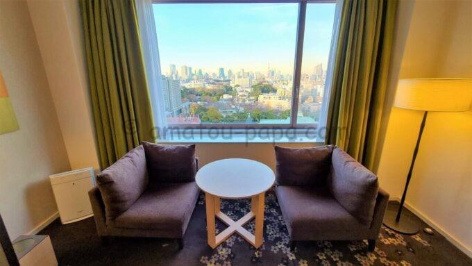 ザ・プリンス さくらタワー東京、オートグラフ コレクションのタワーサイド デラックスルームのソファーと机