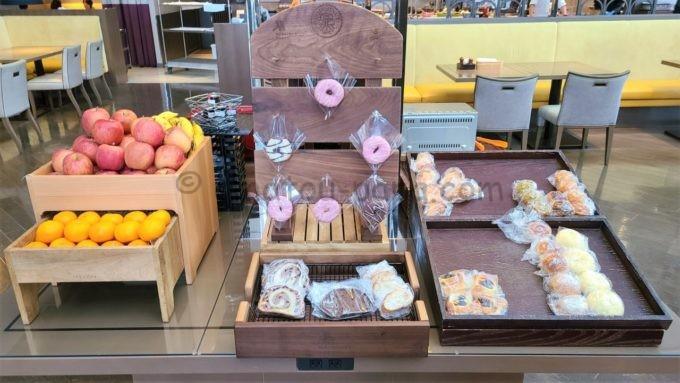 東京マリオットホテルの朝食(フルーツ・ドーナツ・パン)