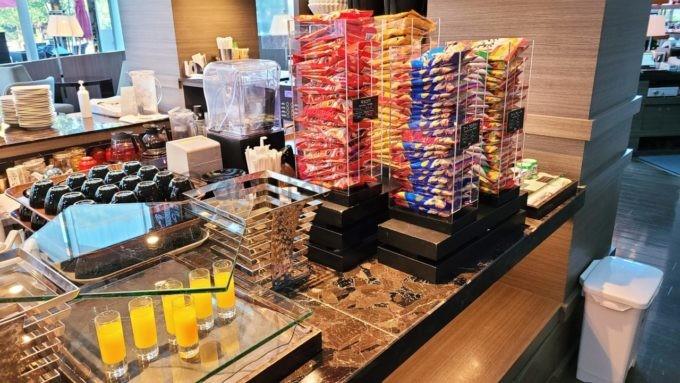 東京マリオットホテルの朝食(オレンジジュースと各種シリアル)