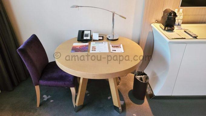 東京マリオットホテルの客室内にあるテーブル