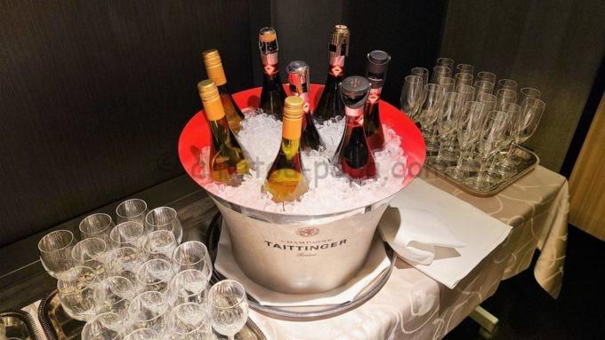 東京マリオットホテルのエグゼクティブラウンジで実施されるカクテルタイムに提供されるワインとシャンパン