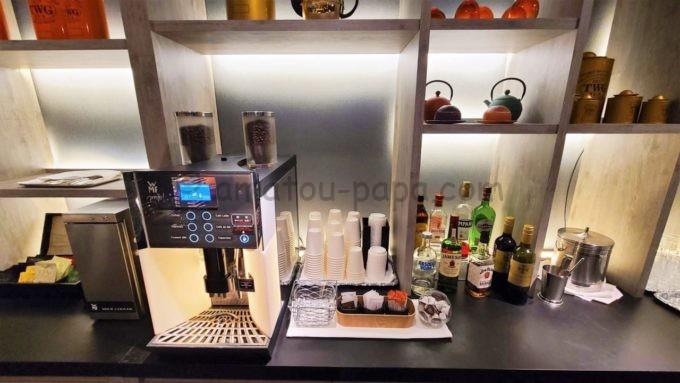 東京マリオットホテルのエグゼクティブラウンジのコーヒーメーカーとウイスキー