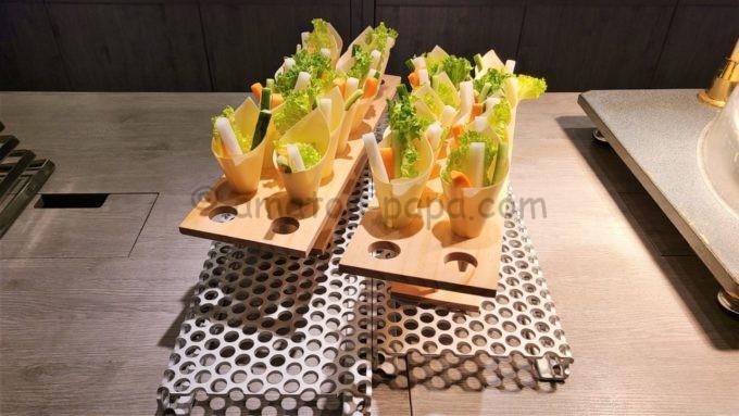 東京マリオットホテルのエグゼクティブラウンジで実施されるカクテルタイムに提供される軽食(野菜スティック)