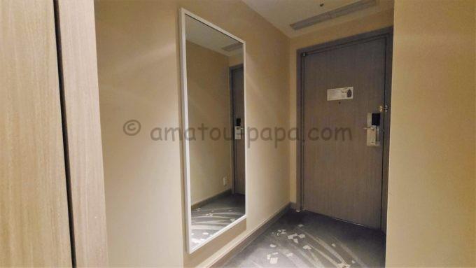 東京マリオットホテルの客室内にある大きい鏡