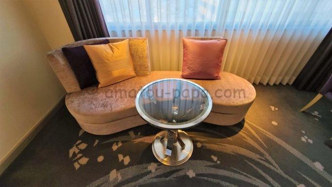 東京マリオットホテルの客室内にあるソファとテーブル