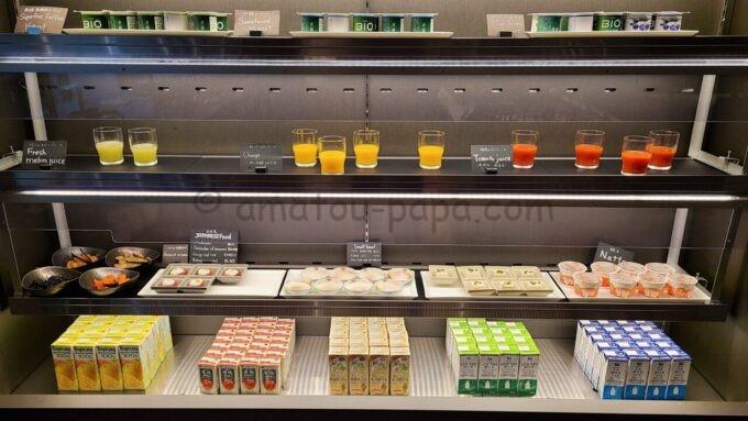 ACホテル・バイ・マリオット東京銀座 ACキッチンの朝食「ジュースやヨーグルト」