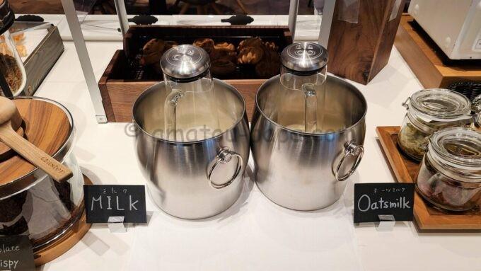 ACホテル・バイ・マリオット東京銀座 ACキッチンの朝食「ミルクとオーツミルク」