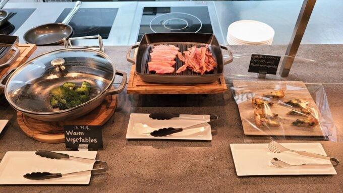 ACホテル・バイ・マリオット東京銀座 ACキッチンの朝食「温野菜とベーコンとキッシュ」