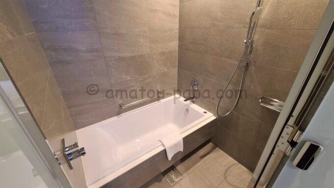 ACホテル・バイ・マリオット東京銀座のプライムスーペリアツインルームの風呂(バスタブ付き)