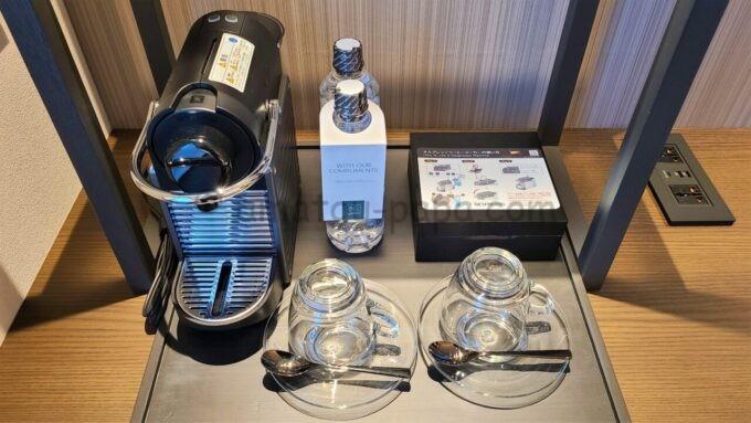 ACホテル・バイ・マリオット東京銀座のコーヒーマシーンとミネラルウォーター
