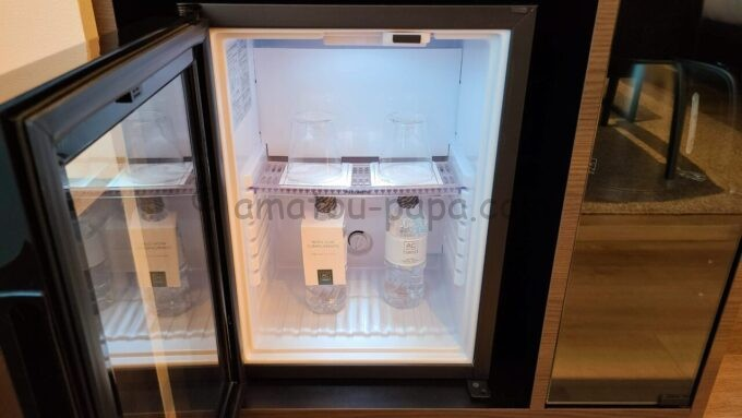 ACホテル・バイ・マリオット東京銀座の冷蔵庫とミネラルウォーター