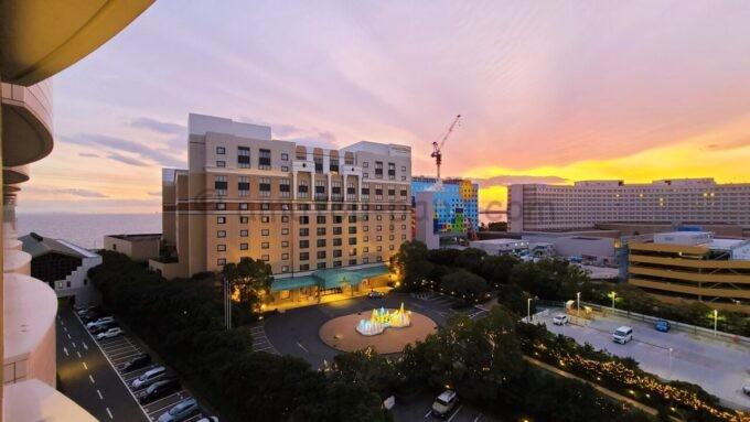 シェラトン・グランデ・トーキョーベイ・ホテルのパークウイングルーム 4ベッドからの夕景(ホテルオークラ東京ベイ・ヒルトン東京ベイ方面)
