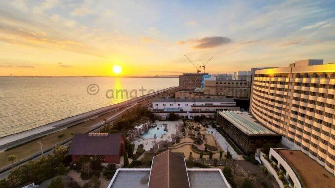 シェラトン・グランデ・トーキョーベイ・ホテルのシェラトンクラブルームからの海側の眺望(夕景)
