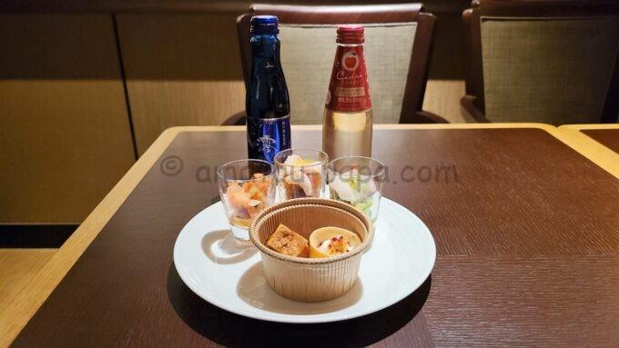 グランドプリンスホテル新高輪のクラブラウンジ(CLUB LOUNGE)のカクテルタイムのお酒と軽食