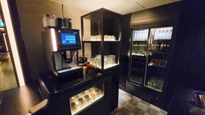 グランドプリンスホテル新高輪のクラブラウンジ(CLUB LOUNGE)のコーヒーメーカーとドリンク