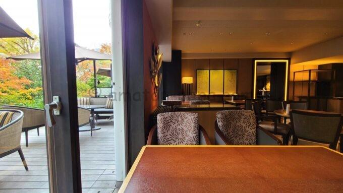 グランドプリンスホテル新高輪のクラブラウンジ(CLUB LOUNGE)の室内とテラス