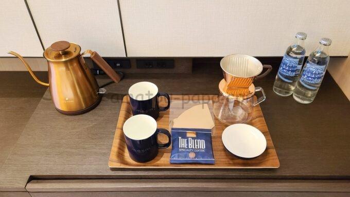 メズム東京、オートグラフ コレクションのchapter 1(ダブル、ガーデンビュー、バルコニー)にある猿田彦コーヒーと水