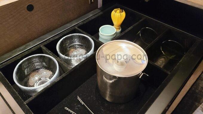メズム東京、オートグラフ コレクションのchapter 1(ダブル、ガーデンビュー、バルコニー)にある茶筅と茶器