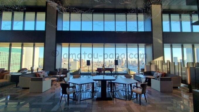 メズム東京、オートグラフ コレクションのピアノが設置されているロビーラウンジの雰囲気