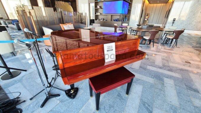 メズム東京、オートグラフ コレクションのロビーラウンジにあるヤマハのグランドピアノ