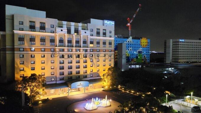 シェラトン・グランデ・トーキョーベイ・ホテルのパークウイングルーム 4ベッドからの夜景(ホテルオークラ東京ベイ・ヒルトン東京ベイ方面)