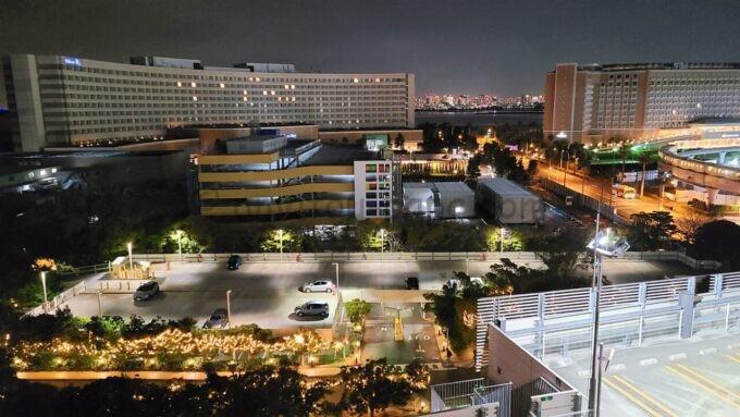 シェラトン・グランデ・トーキョーベイ・ホテルのパークウイングルーム 4ベッドからの夜景(ヒルトン東京ベイ・グランドニッコー東京ベイ舞浜方面)