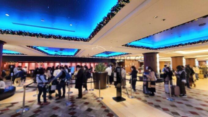 シェラトン・グランデ・トーキョーベイ・ホテルの混雑するフロント(受付)