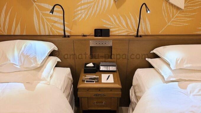 シェラトン・グランデ・トーキョーベイ・ホテルのパークウイングルーム 4ベッド(コーナールーム)のベッドサイド