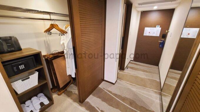 シェラトン・グランデ・トーキョーベイ・ホテルのパークウイングルーム 4ベッド(コーナールーム)のクローゼットと全身鏡