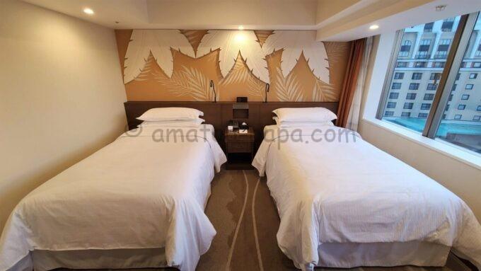 シェラトン・グランデ・トーキョーベイ・ホテルのパークウイングルーム 4ベッド(コーナールーム)の左側