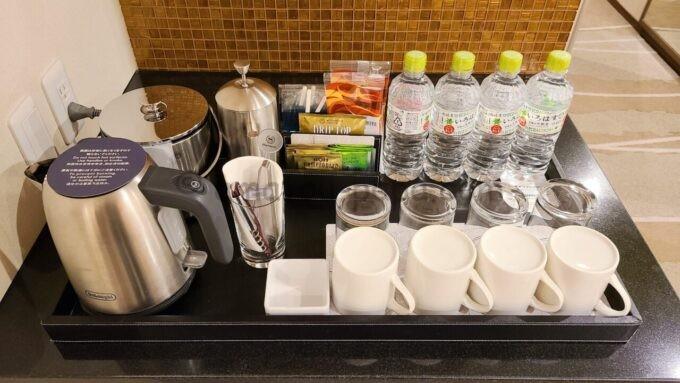 シェラトン・グランデ・トーキョーベイ・ホテルのパークウイングルーム 4ベッド(コーナールーム)のミネラルウォーターやコーヒー