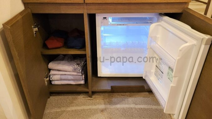 シェラトン・グランデ・トーキョーベイ・ホテルのパークウイングルーム 4ベッド(コーナールーム)の冷蔵庫と浴衣