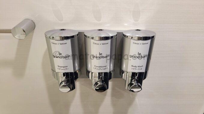 シェラトン・グランデ・トーキョーベイ・ホテルのパークウイングルーム 4ベッド(コーナールーム)のシャンプとコンディショナーとボディソープ