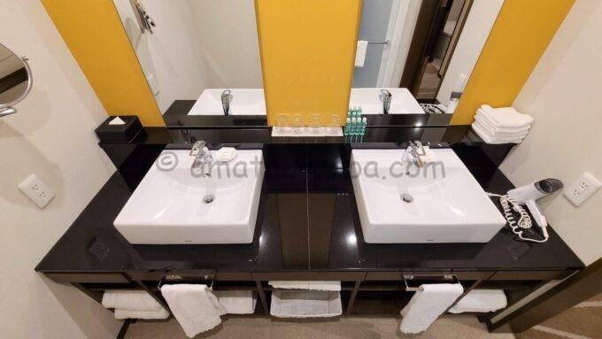 シェラトン・グランデ・トーキョーベイ・ホテルのパークウイングルーム 4ベッド(コーナールーム)の洗面所