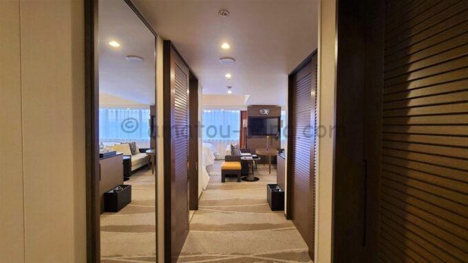 シェラトン・グランデ・トーキョーベイ・ホテルのパークウイングルーム 4ベッド(コーナールーム)の入口