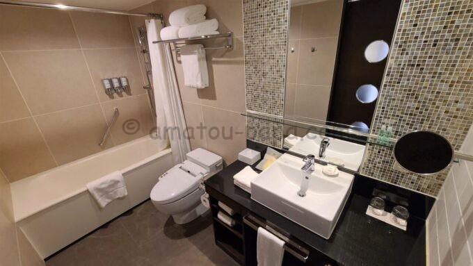 シェラトン・グランデ・トーキョーベイ・ホテルのシェラトンクラブルームのバスルーム(風呂・トイレ・洗面台)