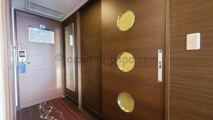 シェラトン・グランデ・トーキョーベイ・ホテルのシェラトンクラブルームのバスルームのドア