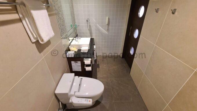 シェラトン・グランデ・トーキョーベイ・ホテルのシェラトンクラブルームのバスルーム(トイレ・洗面台)