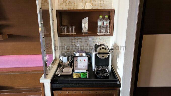 シェラトン・グランデ・トーキョーベイ・ホテルのシェラトンクラブルームのコーヒーメーカーとミネラルウォーター