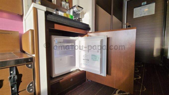 シェラトン・グランデ・トーキョーベイ・ホテルのシェラトンクラブルームの冷蔵庫