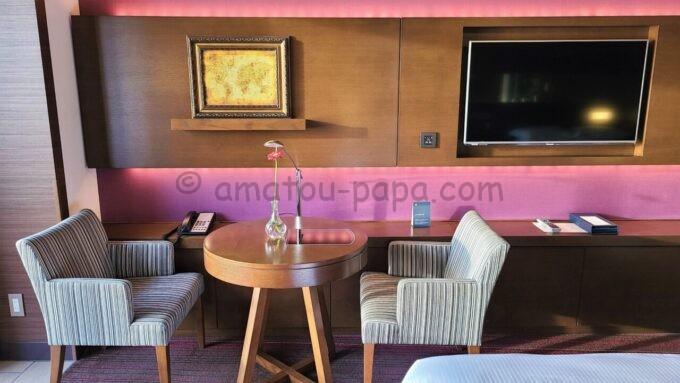 シェラトン・グランデ・トーキョーベイ・ホテルのシェラトンクラブルームの椅子とテーブルとテレビ