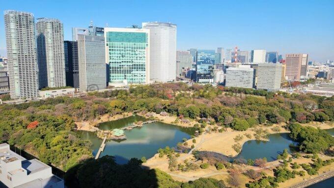 メズム東京、オートグラフ コレクションのchapter 1(ダブル、ガーデンビュー、バルコニー)から眺める浜離宮恩賜庭園