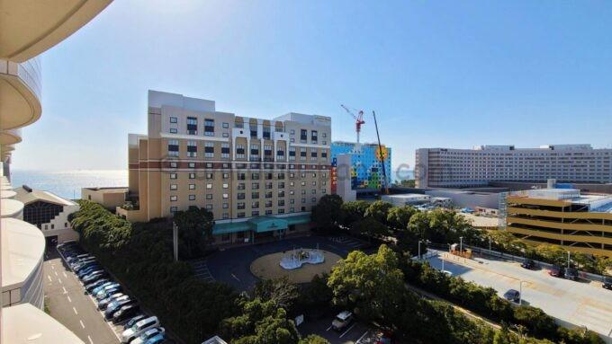 シェラトン・グランデ・トーキョーベイ・ホテルのパークウイングルーム 4ベッドからの眺望(ホテルオークラ東京ベイ・ヒルトン東京ベイ方面)